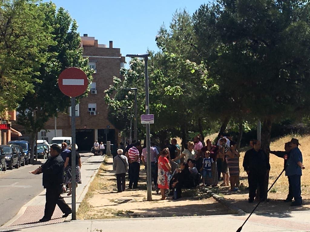 Familiares del detenido esperan a las puertas de los Juzgados (MiraCorredor.tv).