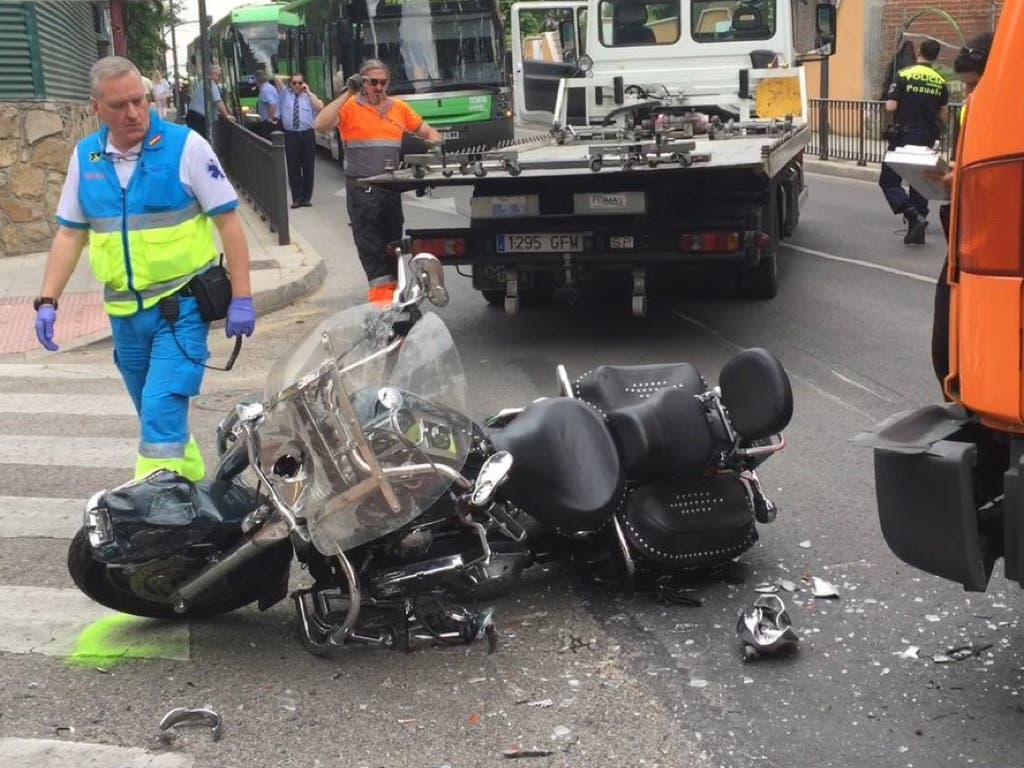 Muy grave un motorista tras chocar contra un camión en Madrid