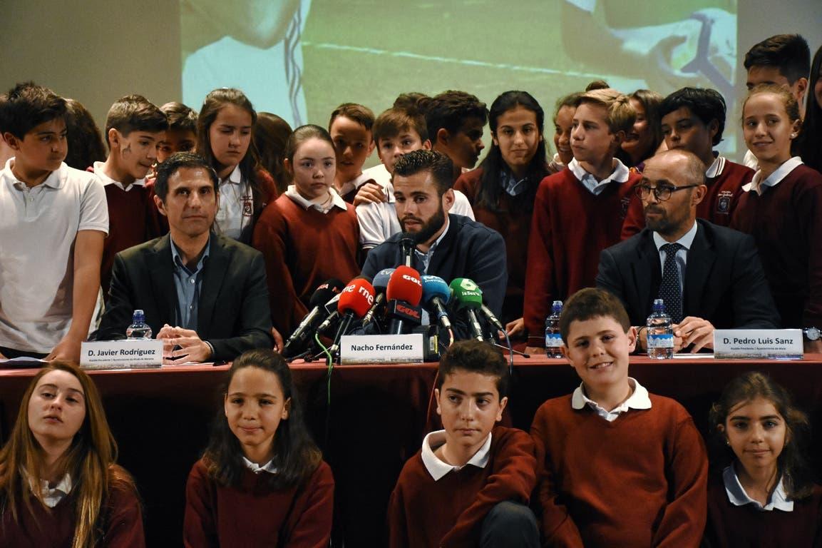 Nacho Fernandéz en la rueda de prensa que ha ofrecido arropado por los alumnos del colegio San Gabriel.