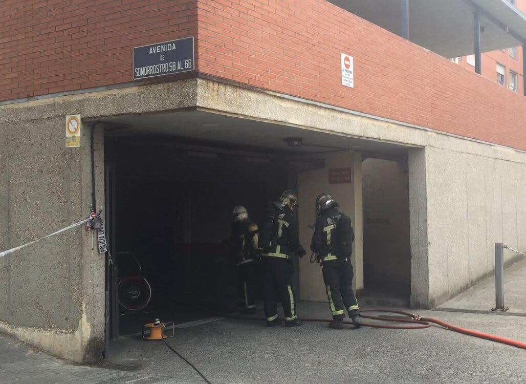 Desalojan dos edificios en San Fernando tras incendiarse un vehículo en un garaje
