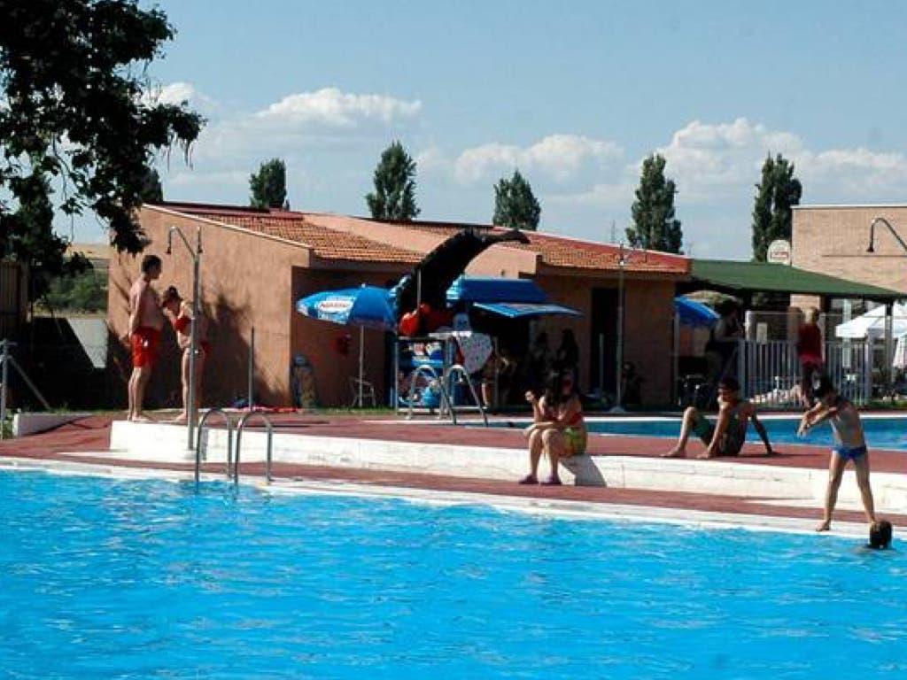 Un menor, en estado grave tras ahogarse en la piscina de Azuqueca