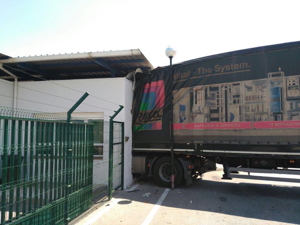 Empotra su camión contra la fábrica de IVECO porque no le dejaban pasar con chanclas