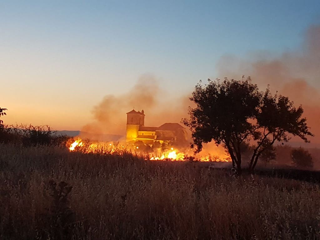 Espectacular incendio de pastos anoche en Campo Real