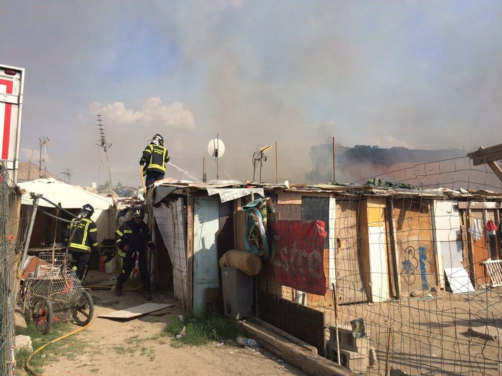 Un incendio calcina dos chabolas en la Cañada Real
