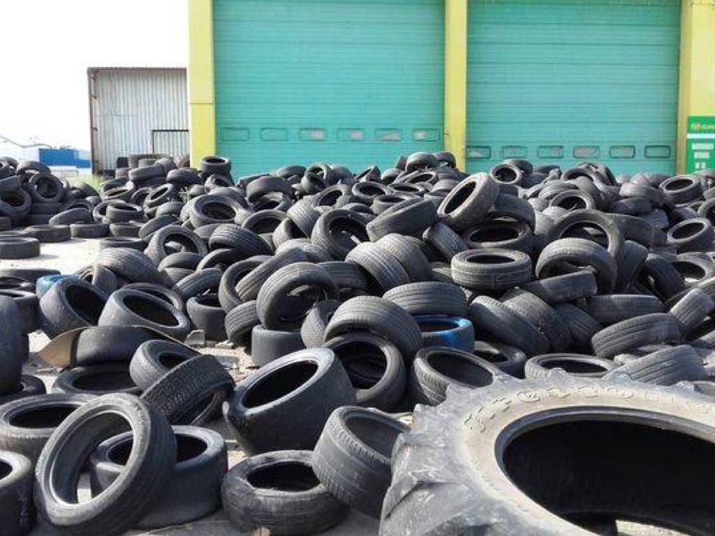 Cientos de neumáticos abandonados en un polígono de Alcalá de Henares