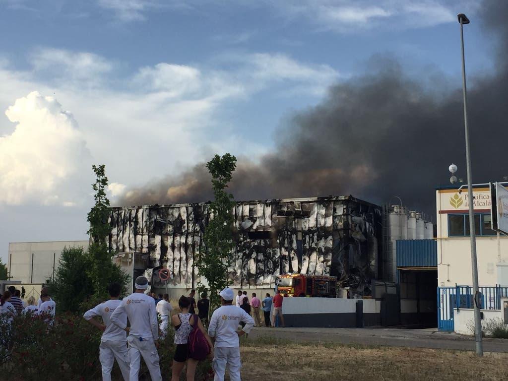 Trabajadores de la Panificadora de Alcalá observan el fuego (MirCorredor.tv).