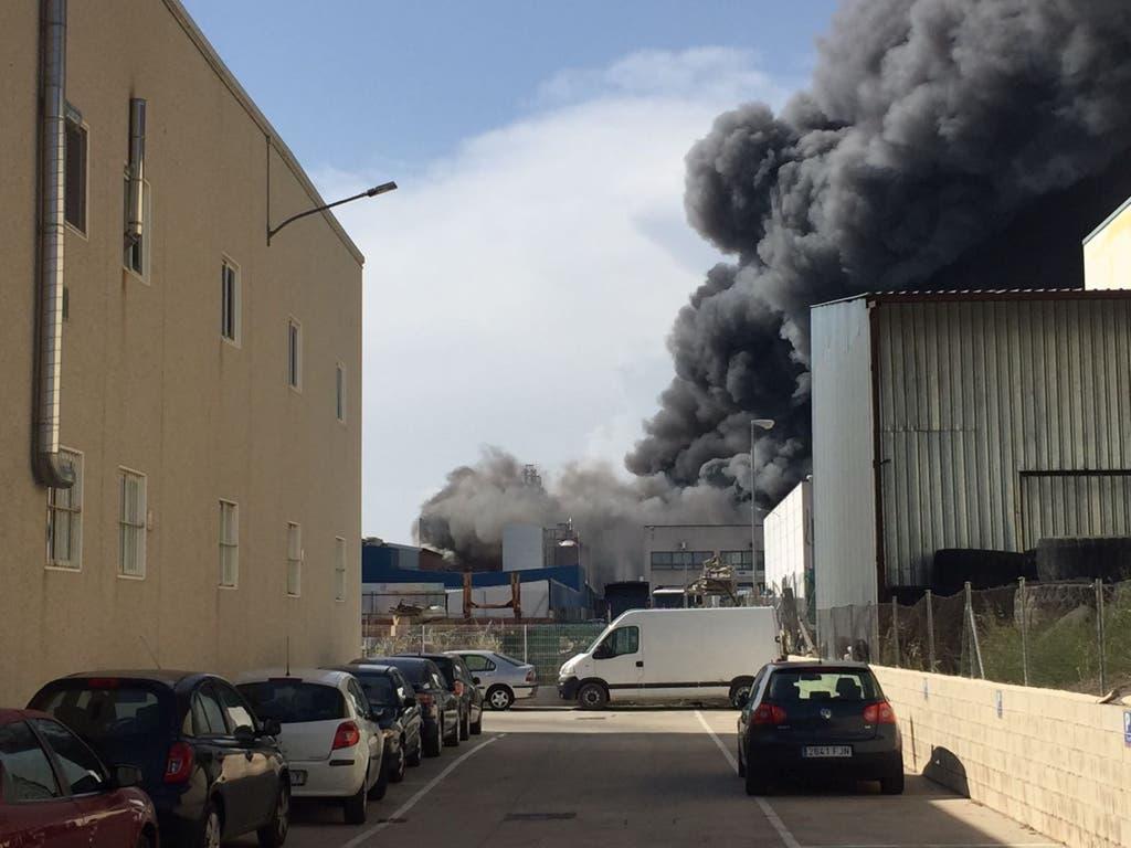 Un incendio con una gran columna de humo afecta a la Panificadora de Alcalá