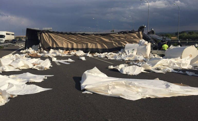 Cortada la M-45 en San Fernando tras volcar un tráiler con 50.000 kilos de papel