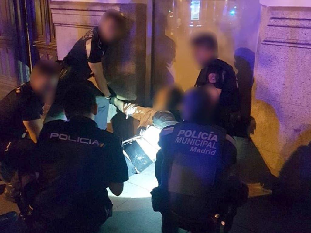 Causa el pánico en Madrid por llevar un cinturón que parecía de explosivos