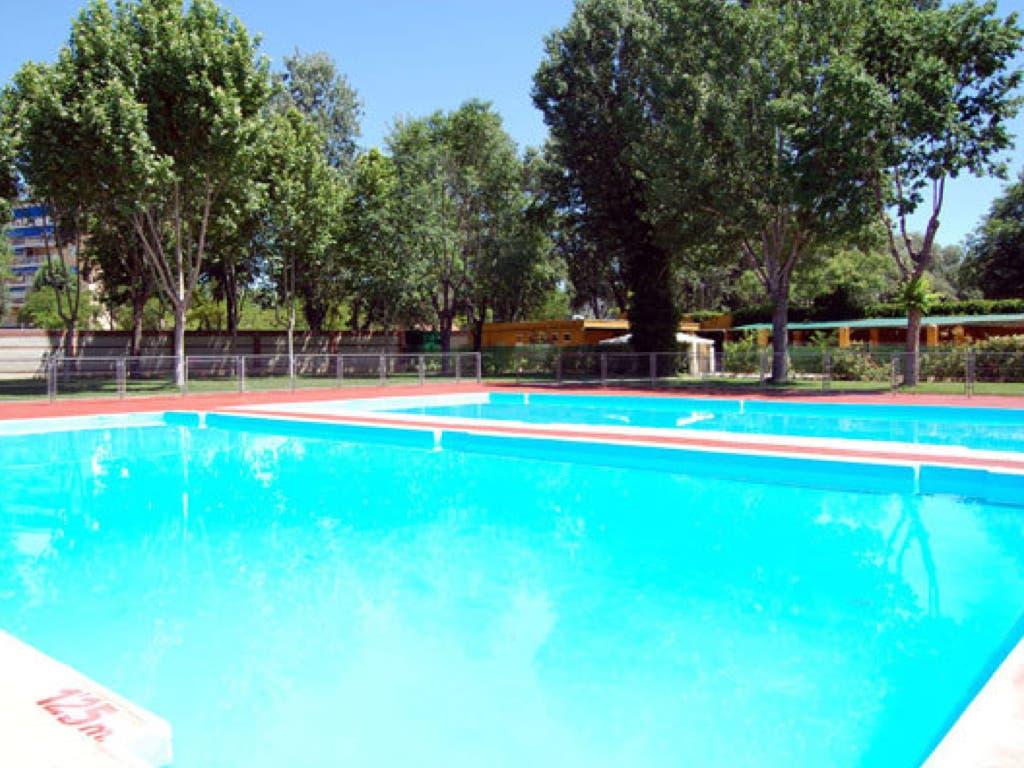 Las piscinas de alcal de henares abren el 16 de junio con for Piscina arganda del rey