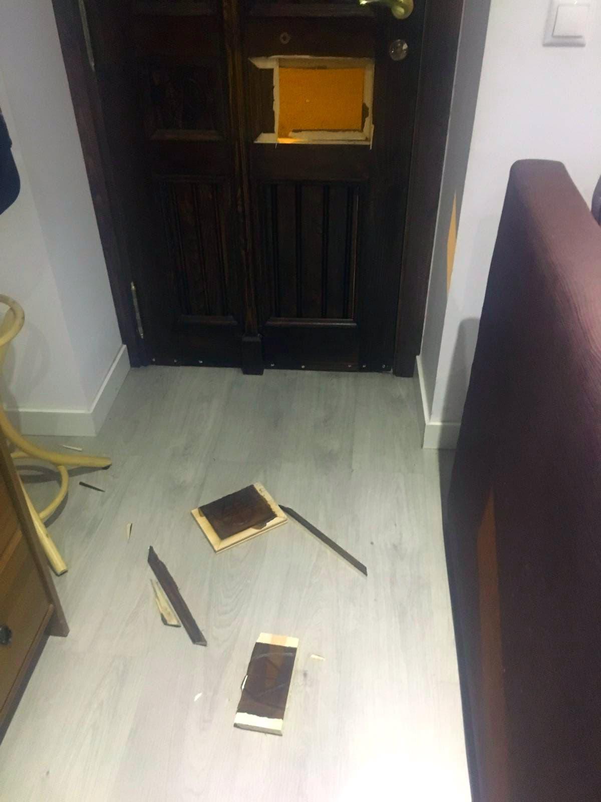 El estado en el que quedó la puerta de su casa.