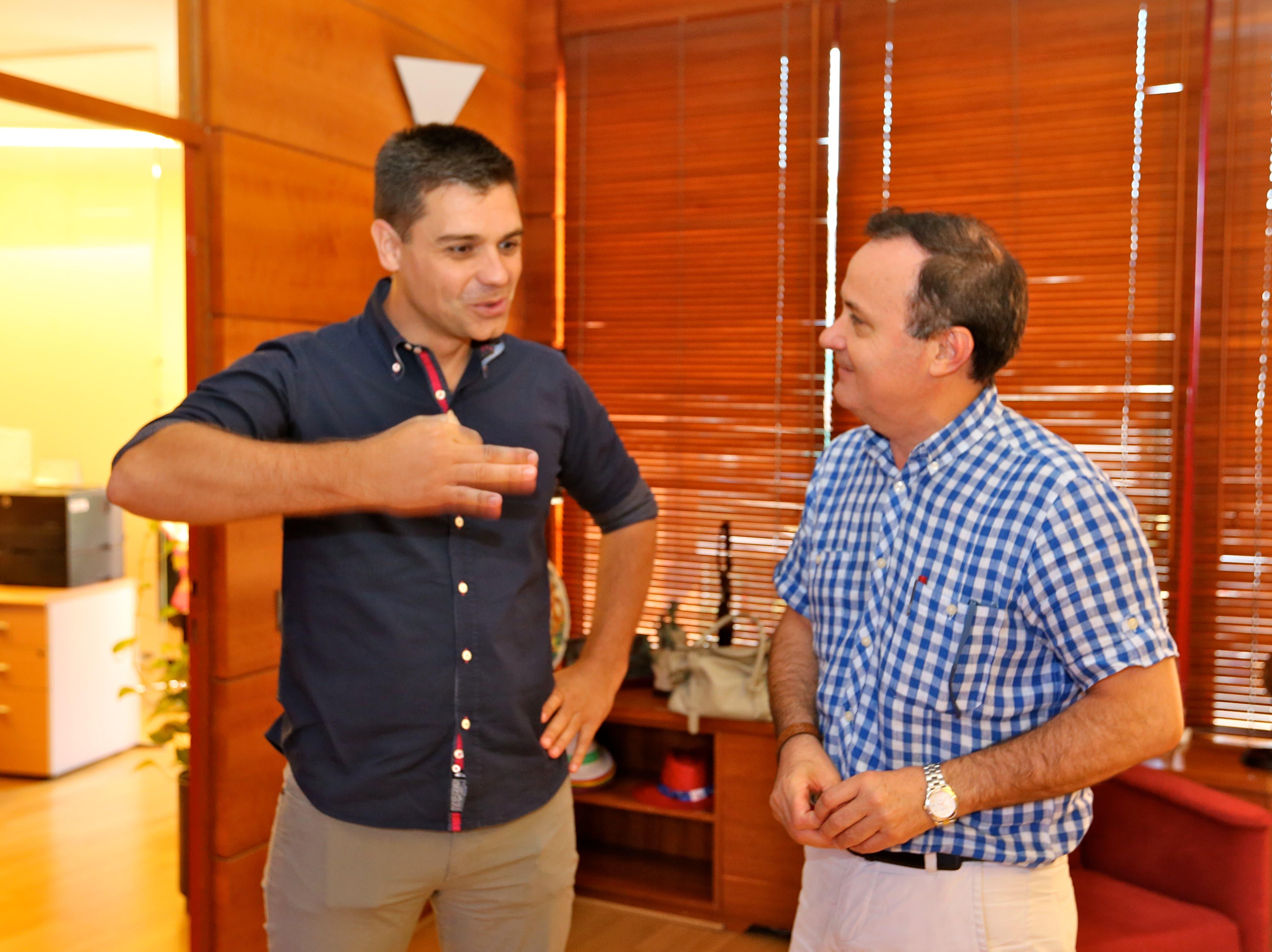 Sergio Fernández con el alcalde, Ángel Viveros (Ayto.).