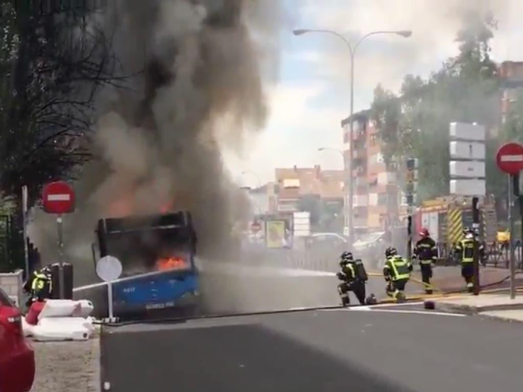 Sale ardiendo en Madrid un autobús de la EMT