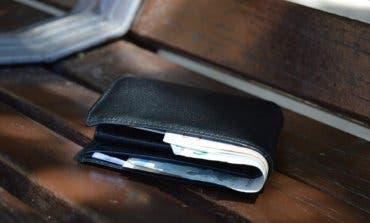 Encuentra una cartera con 627 euros y la entrega a la Policía