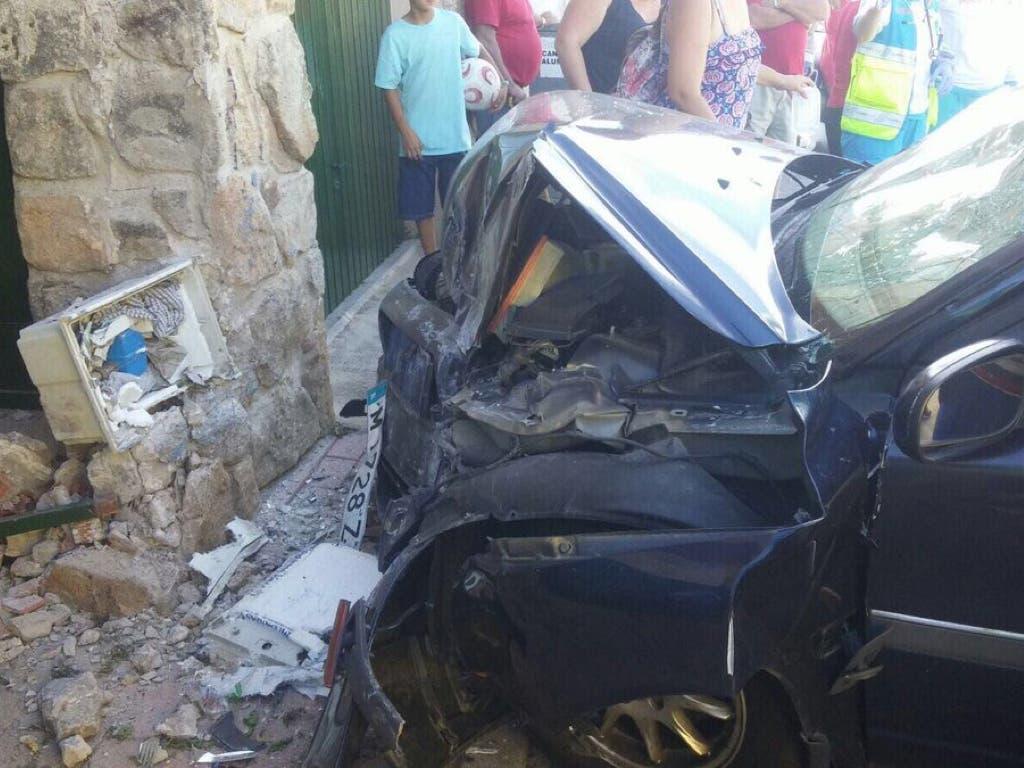 Dos jóvenes heridos graves al empotrar el coche contra una vivienda