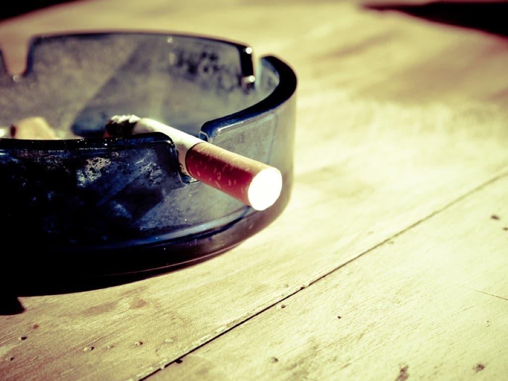 Madrid cerrará el ocio nocturno y prohibirá fumar en la calle desde el jueves