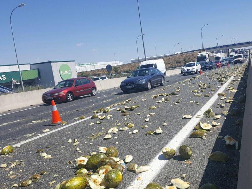 Un camión de melones pierde su carga en mitad de la A-4