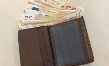 Logra recuperar su cartera con 845 euros tras perderla en una gasolinera