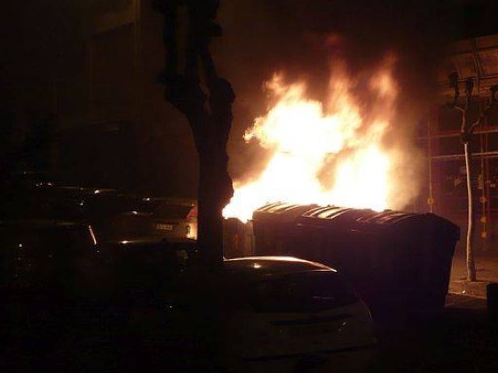 Un pirómano siembra el pánico en Madrid tras arrasar 14 coches y 12 contenedores
