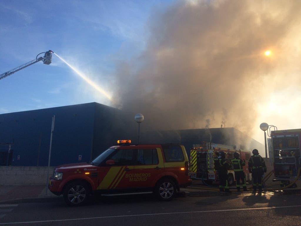 Aparatoso incendio en una nave industrial de Vicálvaro