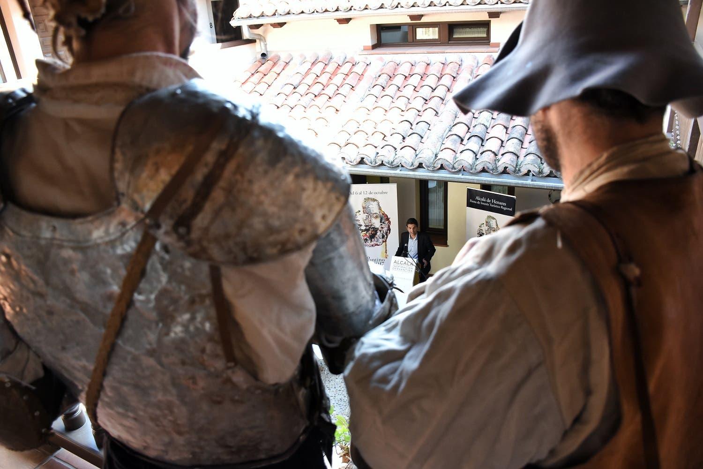 Don Quijote y Sancho siguiendo la intervención del alcalde de Alcalá durante la presentación (Ayto. Alcalá).