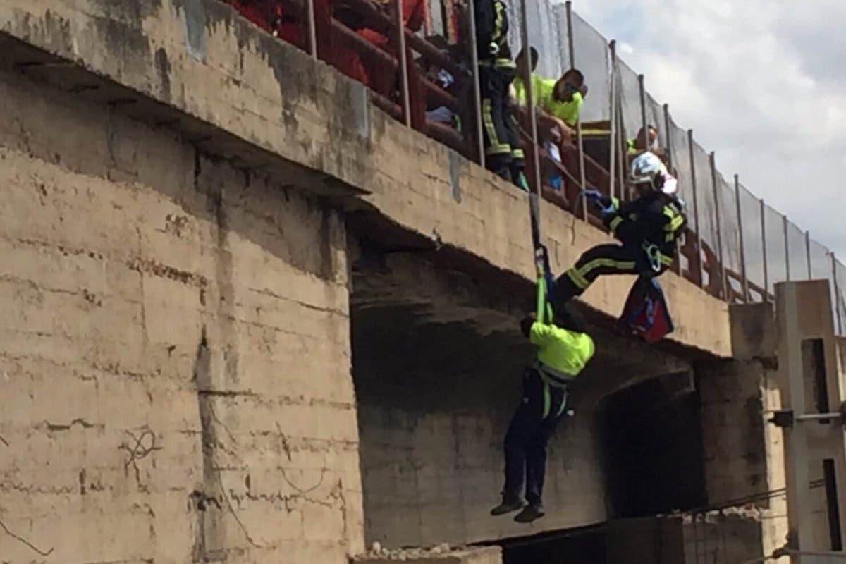 IMPACTANTE: Quedó colgado de un puente en Alcalá de Henares