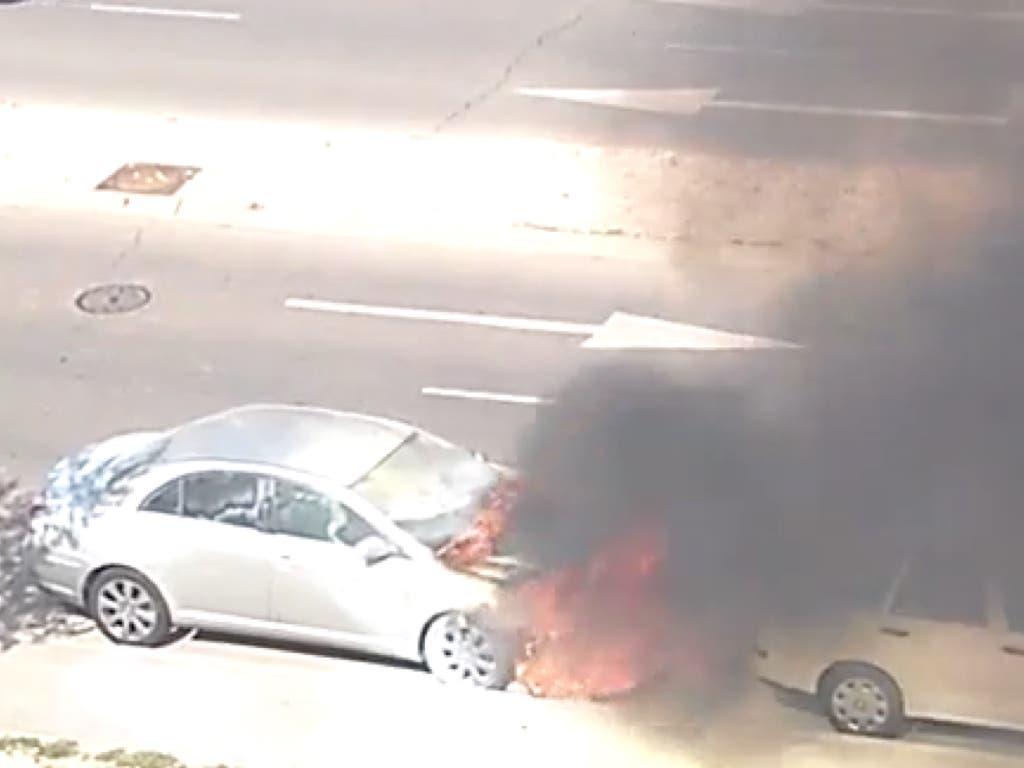 Sale ardiendo un coche aparcado en Torrejón