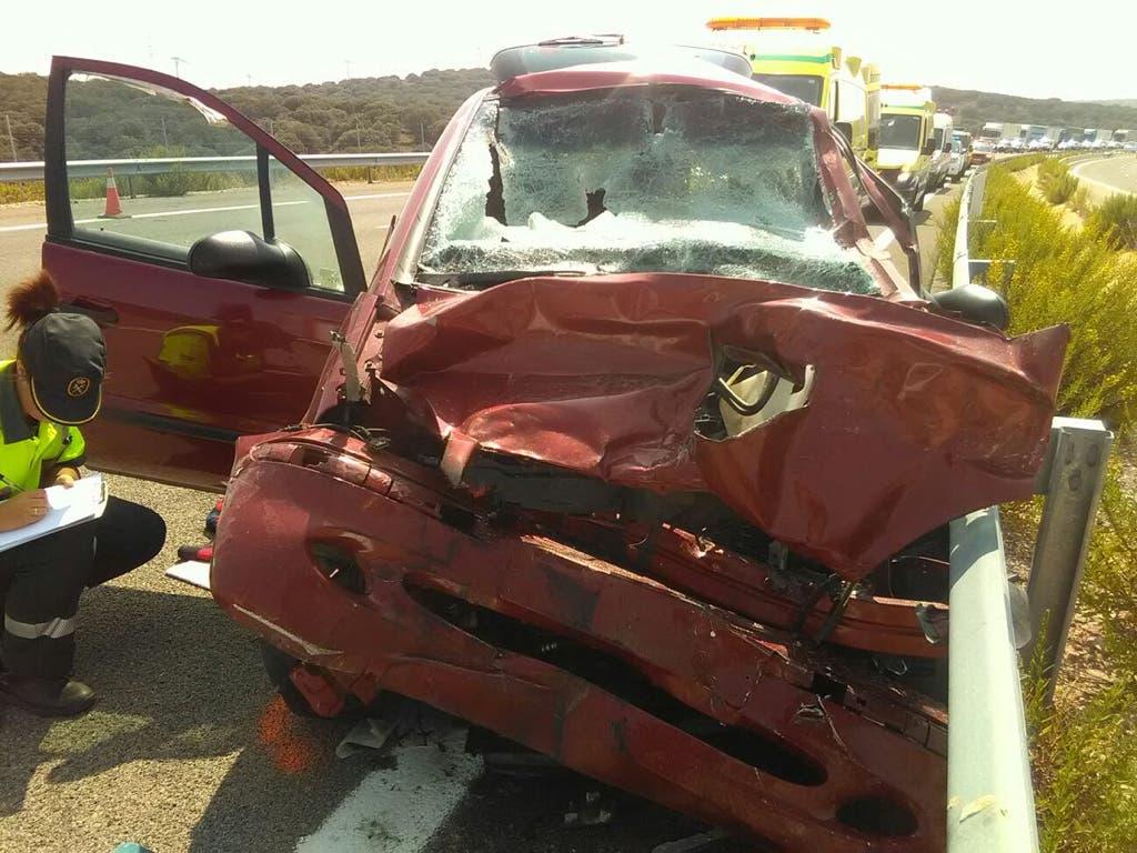 Dos ancianos heridos graves al chocar su coche contra un camión en la A-2