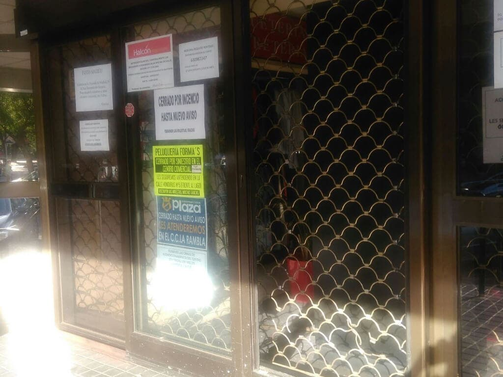 Uno de los accesos con el cartel de cerrado (Enviada por WhatsApp.