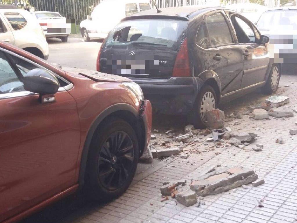 Una cornisa se desprende en Torrejón y destroza varios vehículos