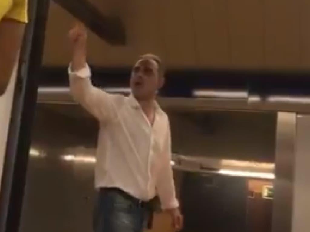 Pasajeros del Metro expulsan a un nazi por increpar a una musulmana