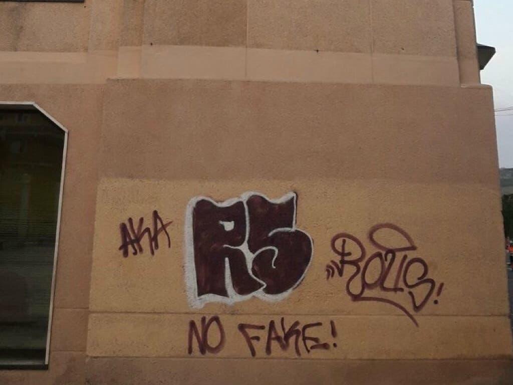 Denunciados dos menores en Velilla por realizar pintadas en la fachada del Ayuntamiento