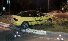 Un conductor ebrio estrella su coche contra una rotonda en Velilla