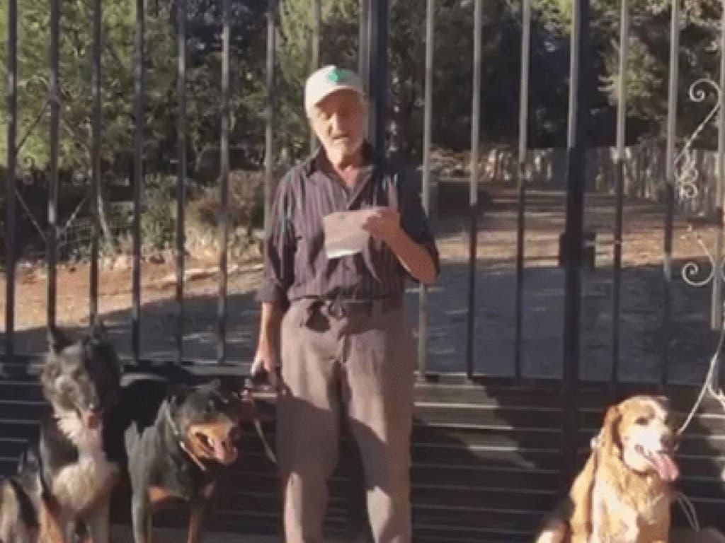 Un anciano de Guadalajara con cáncer terminal busca hogar para sus perros