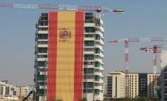 Un empresario cuelga en Madrid la bandera de España más grande del mundo