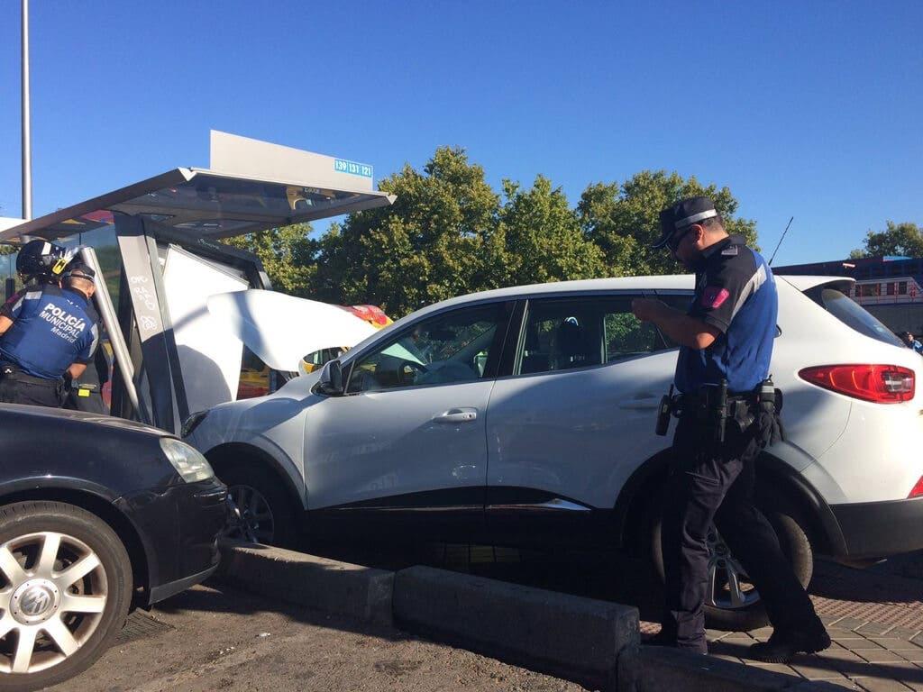 Varios heridos al empotrarse un coche contra una marquesina de autobús