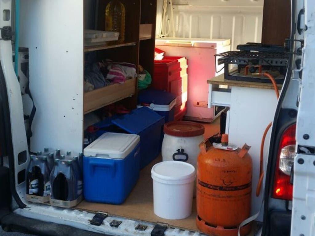 Inmovilizada una furgoneta donde cocinaban y vendían alimentos