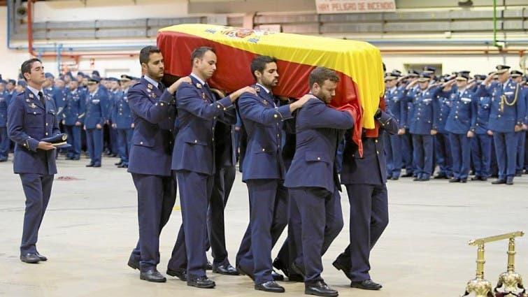 Compañeros portando el féretro sobre sus hombros (Ministerio de Defensa).