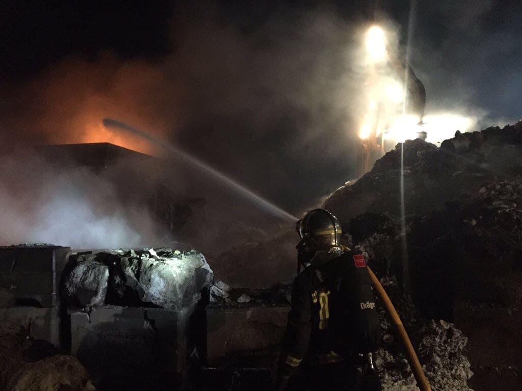 Aparatoso incendio en una planta de tratamiento de residuos
