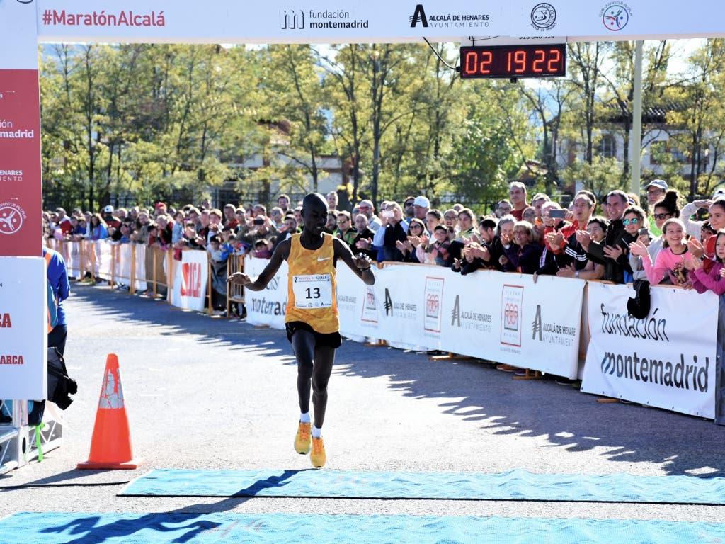 El keniata Elicky Kipchoge gana la Maratón de Alcalá