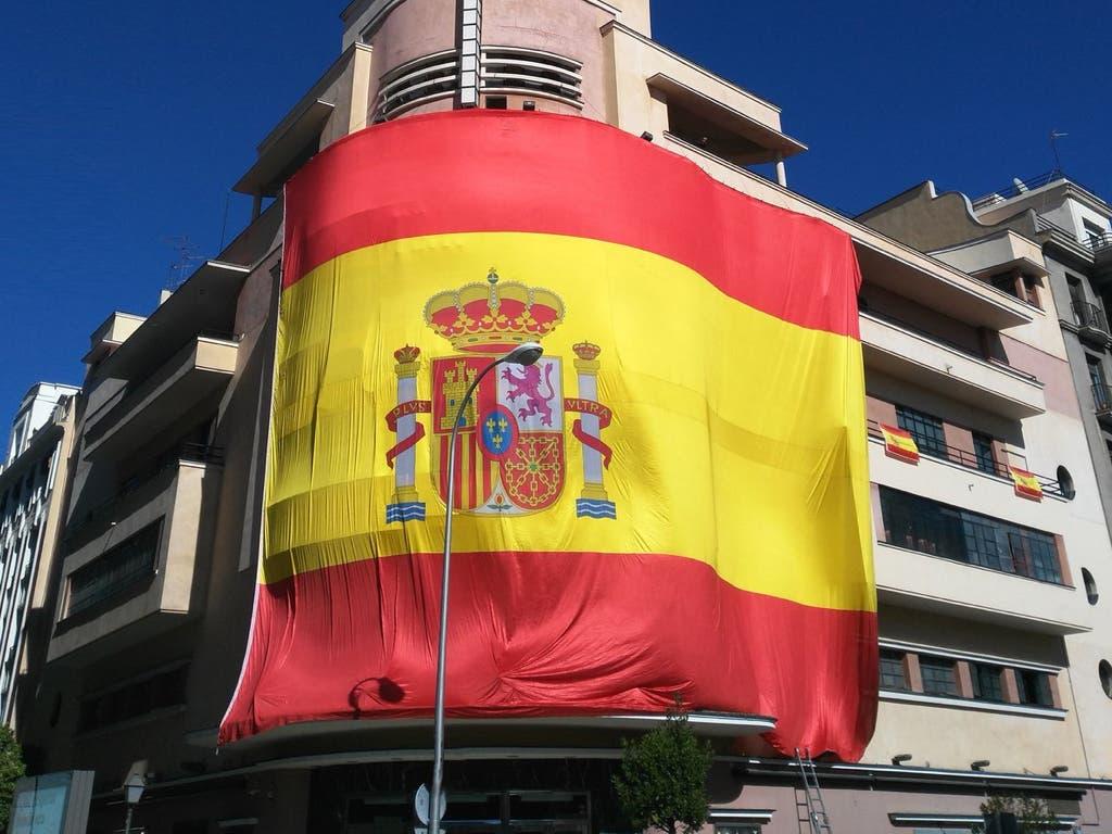 La discoteca Pachá cubre su fachada con una gran bandera de España