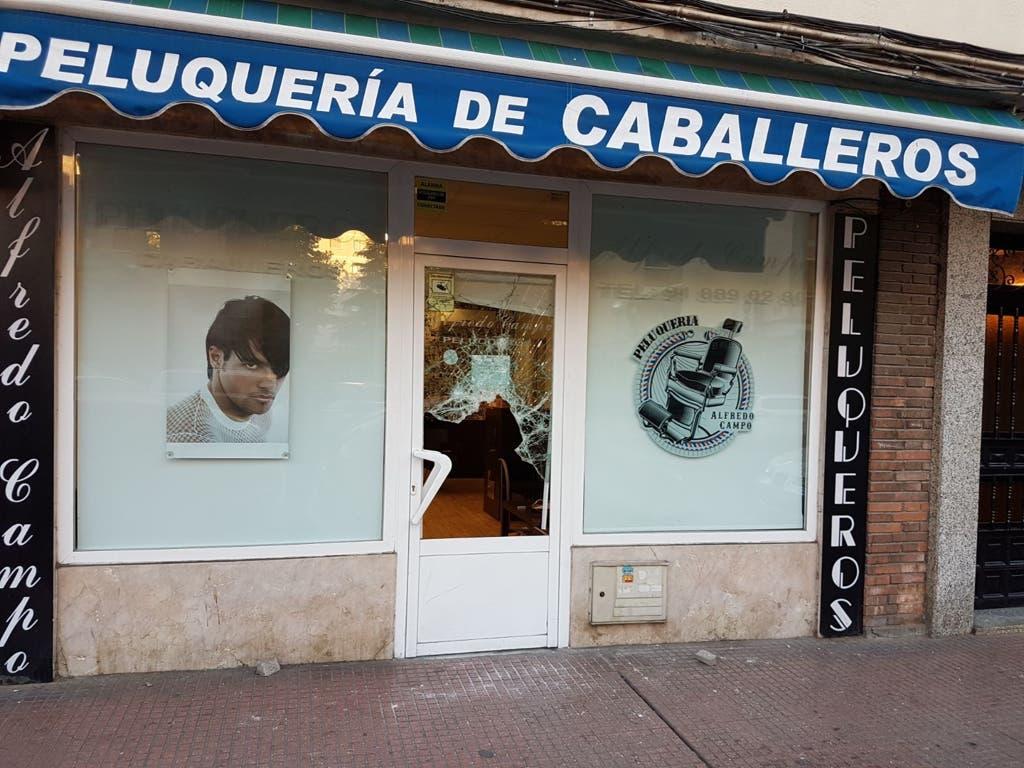 Imagen de la peluquería con la puerta rota cedida a MiraCorredor.tv.