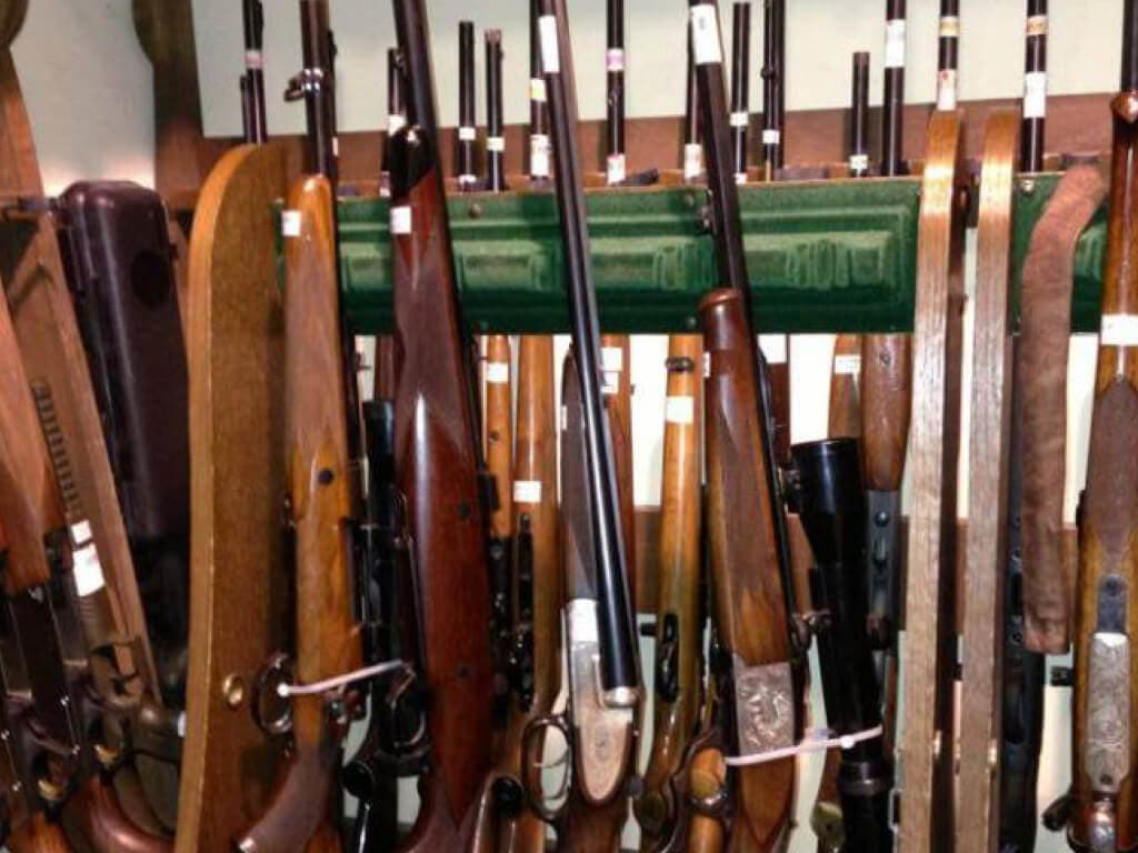 Roban 80 rifles en la armería más grande de Madrid