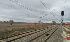 Evitan el suicidio de un hombre en las vías del tren en Alcalá