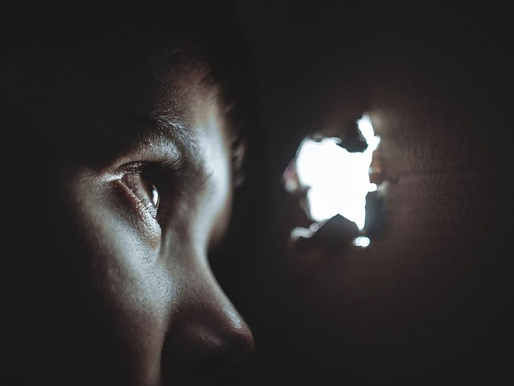 Torturaba a su hijo en Rumanía para chantajear a su madre en Madrid