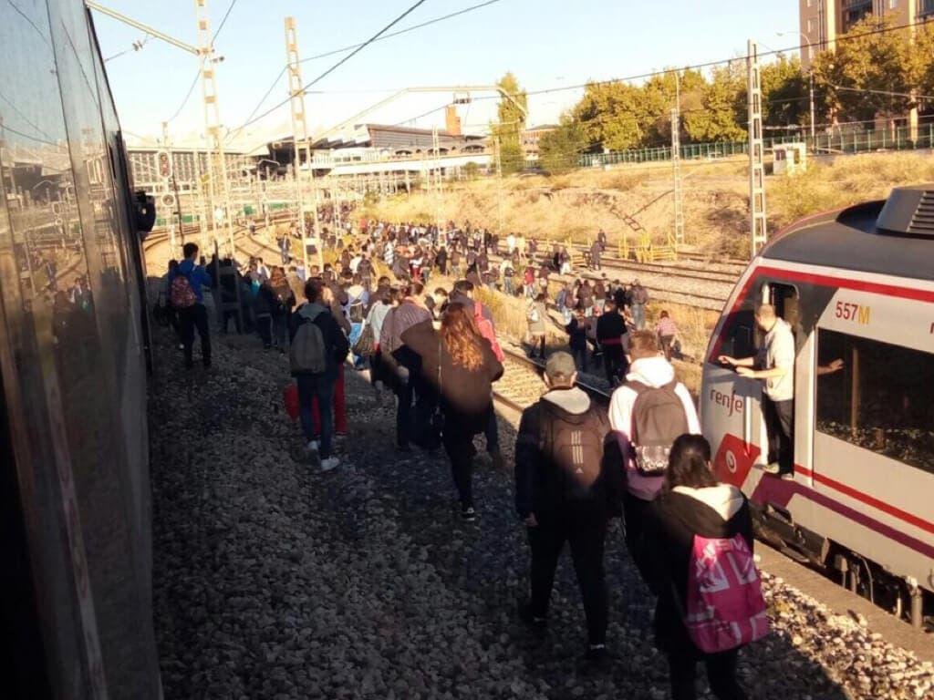 Colapso en Cercanías: Los viajeros se echan a las vías para llegar a Atocha