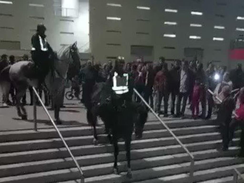 La brutal caída de un policía a caballo por las escaleras del Wanda