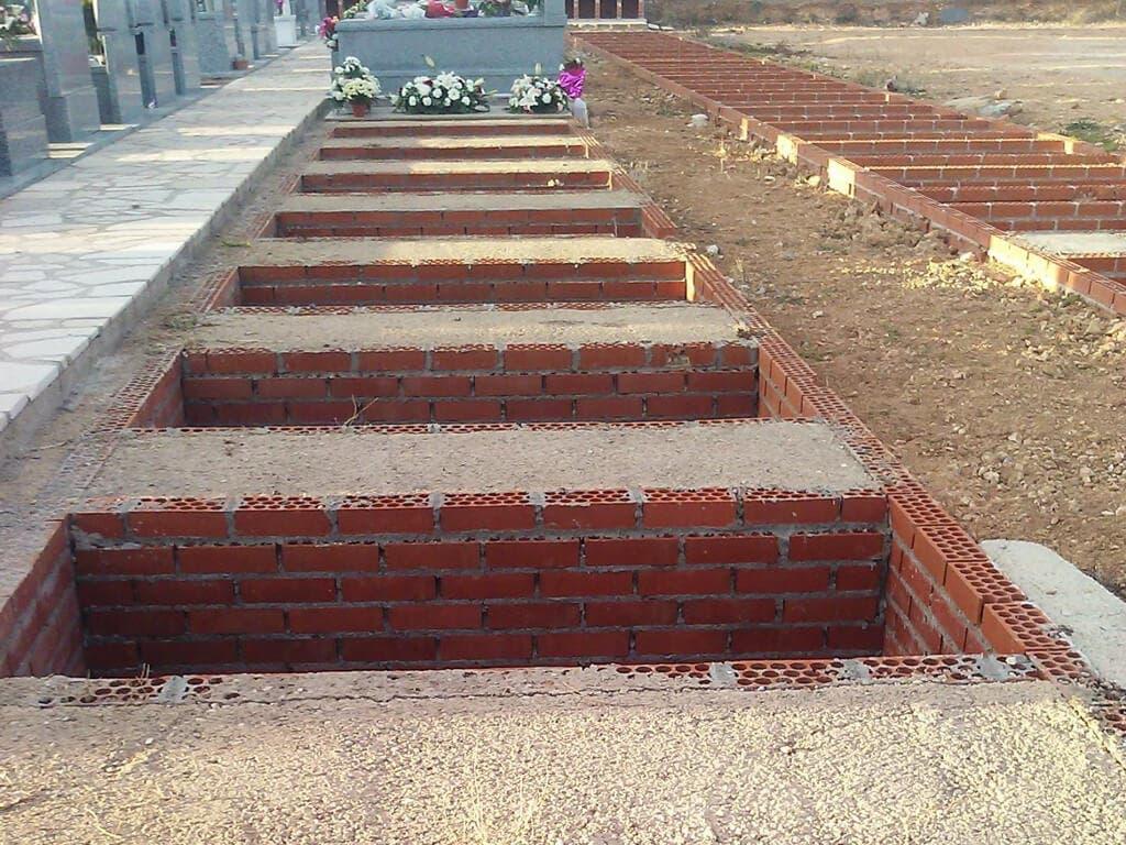 Heridas al caer en una tumba del cementerio de Los Santos de la Humosa
