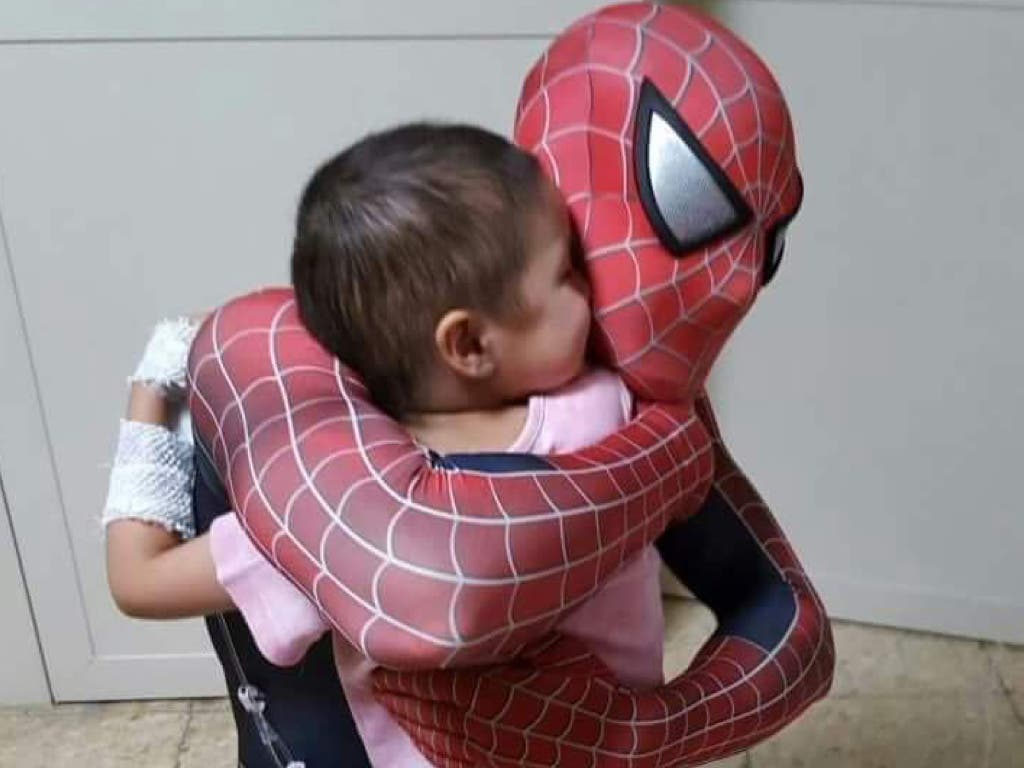 El policía-spiderman que visita a niños con cáncer