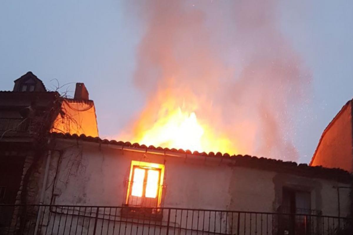 Dos bomberos heridos en el incendio de una vivienda en Guadalajara